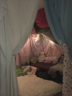 Kids huge blanket fort covers whole room! Perfect for sleepovers and birthday parties ! Kids huge blanket fort covers whole room! Perfect for sleepovers and birthday parties ! Sleepover Fort, Fun Sleepover Ideas, Sleepover Birthday Parties, Sleepover Activities, Sofa Fort, Cool Forts, Forts Kids, Indoor Forts, Diy Fort