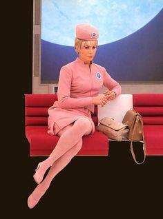 El rosa era tendencia en los uniformes de las aeromozas (1960's).