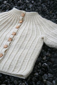 Rosett pattern by Dale Design Free Norwegian baby sweater pattern. Can any one convert to English. Love the patternFree Norwegian baby sweater pattern. Can any one convert to English. Love the pattern Baby Knitting Patterns, Baby Sweater Patterns, Knit Baby Sweaters, Knitting For Kids, Baby Patterns, Free Knitting, Knitting Projects, Baby Knits, Knitting Terms