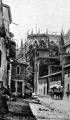 La Carretera de los Cubos, con empedrado como acera y tierra por donde pasaban los carros, camino de la Catedral.