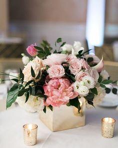 A madeira é uma excelente saída para os centros de mesa de casamentos rústicos. Ela é firme não quebra e ainda é mais barata do que vidro. AMAMOS! #rústico #rustic #casamentorústico #rusticwedding #casamento #wedding #ceub #casaréumbarato