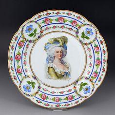 ドレスデンのチャールズ・アーレンフェルト(Charles Ahrenfeldt)による、フランスの悲劇の王妃と呼ばれるマリー・アントワネットの在りし日の美しい姿を描いたアンティークプレート(1886-1910年製)となります。 http://eikokuantiques.com/?pid=87281085