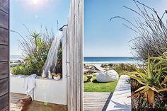 Una casa soñada en Sudáfrica lejos de los safaris y rodeada por agua  La ducha exterior fue un pedido expreso de Caroline y Manie para aclimatar el cuerpo después de surfear o nadar. Foto: Greg Cox/ Bureaux.co.za