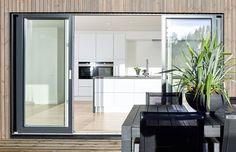 Stor, påkostet enebolig, bygget i 2016. Huset har hele fem soverom, to bad og tre balkonger, samt en elegant stue og kjøkken av høy kvalitet. Standarden er gjennomgående høy. Utvendig er huset kledd med MøreRoyal, som krever lite vedlikehold. Boligen har en skandinavisk stil med lyst interiør, myke flater i tre og store vindusflater som gir mye naturlig lys. Stilen gjør at boligen har et lunt p...