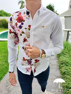 camisa slim fit deluxe blanca flores rosas, jeans de mezclilla, tenis de piel blancos, reloj y accesorios macrame para… Stylish Mens Fashion, Gents Fashion, Mens Fashion Suits, Formal Dresses For Men, Formal Men Outfit, Mens Designer Shirts, Designer Suits For Men, Camisa Floral, Blazer Outfits Men