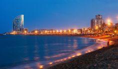 Barceloneta, Barcelona / Esta emocionante ciudad se puso aún mejor cuando los Juegos Olímpicos vinieron aquí en 1992, ya que fue entonces que la costa tuvo un cambio de imagen serio. Se decidió que la ciudad se abriría hasta el mar y los restaurantes y los baños públicos fueron derribados y reemplazados por playas de primera categoría. Estas playas de arena fueron creadas con hermosos hoteles y restaurantes increíbles alineándolos ya medida que pasan los años, esta área sólo mejora. El día o…