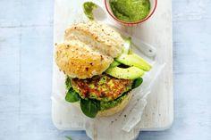 1 oktober - Avocado in de bonus - Zalm, spinazie en avocado = powerburger - Recept - Allerhande