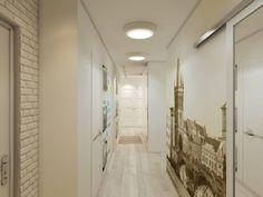 Интерьер коридора в белых тонах с фотообоями