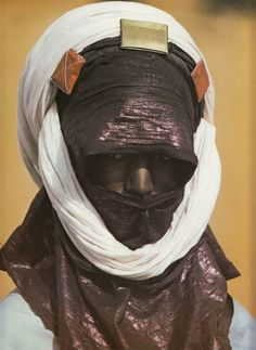 """changdiaz: """" dry-bulk: """" tuareg """""""" """"The cloth is wrapped about the head to form a low turban and the end is then brought across the face, the top of the cloth falling across the nose and the bottom hanging well above the chin. …only a narrow slit is. African Tribes, African Art, We Are The World, People Around The World, Tuareg People, Tribal People, African Culture, World Cultures, Poses"""