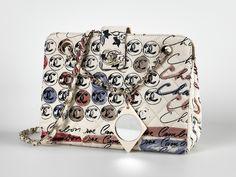 Chanel Auktion Lot 50: Chanel Quilted Rue Cambon Handbag um 2005/2006, in Rauten gesteppte Handtasche aus cremefarbenem Leinen, 23 x 17 x 8 cm. Mehr Information auf der Website.