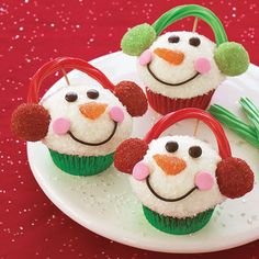 Snowman Cupcakes and many other Recipes for Christmas sweets. Ingredients: 12 cupcakes, baked in colored foil liners, cooled cup each red and green dec Snowman Cupcakes, Christmas Cupcakes, Christmas Sweets, Christmas Goodies, Christmas Holidays, Winter Cupcakes, Snowman Party, Christmas Parties, Christmas Snowman