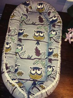 Patroon van babynest. Ik kom ze de laatste tijd veel tegen! Baby Nest Pattern, Baby Patterns, Sewing Patterns, Baby Sewing Projects, Sewing For Kids, Sewing Tutorials, Baby Staff, Snuggle Nest, Baby Quilts