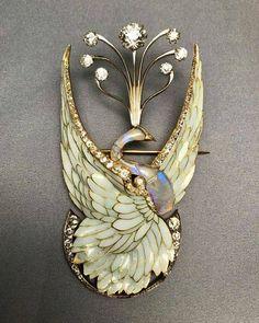 Art nouveau brooch of a swan pb