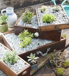 Möbel, Deko und Accessoires vom Dachboden, aus dem Haushalt oder vom Flohmarkt dekorativ und mit einfachen Techniken zu Shabby Chic Gartenmöbel umarbeiten.