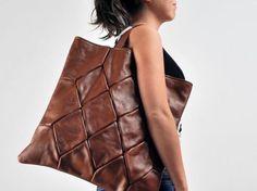 Upcycled leather bag made from old jackets. Kanske baksidan av tyg el dyl om det inte räcker..