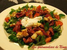 Salade de gésiers et œuf poché.  Je mets des tomates cerises et j'ajoute des pignons de pin.