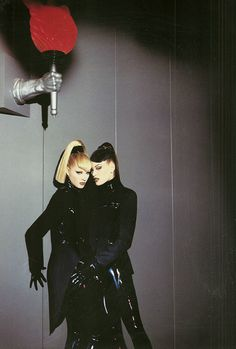 Collection Automne Hiver 1996 - 1997 Thierry Mugler Latex Fashion, Dark Fashion, Gothic Fashion, Fashion Art, Editorial Fashion, Fashion Show, Vintage Fashion, Thierry Mugler, That Old Black Magic