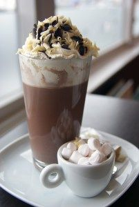 If you're looking for easy hot chocolate recipes, try this delicious spiced hot chocolate recipe! An indulgence I really need after all that snow shoveling. Spiced Hot Chocolate Recipe, Hot Chocolate Coffee, Café Chocolate, Homemade Hot Chocolate, Mocha Recipe, Homemade Food, Diy Food, Mini Desserts, Dessert Recipes