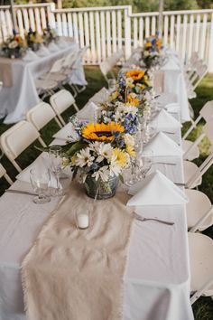 Wedding Tablescape - sunflower themed wedding | Sunflower wedding centerpieces | fabmood.com #wedding #backyardwedding #fallwedding #sunflowerthemed