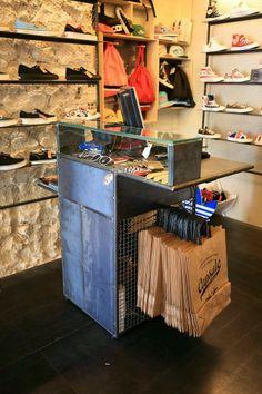 I like the bag display and shoe display. Boutique Interior, Clothing Store Interior, Clothing Store Displays, Clothing Store Design, Boutique Decor, Boutique Design, Shop Interior Design, Boutique Clothing, Fashion Boutique