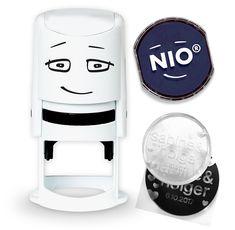 Der NIO Stempel ist ein personalisierbar. Stempel mit gewünchter Stempelfarbe kaufen, beiliegenden Gutscheincode einlösen und eigene Stempelplatte gestalten. Diese wird ihnen nach Hause zugestellt, in den Stempel einlegen und los geht's Diy Things, Keurig, Coffee Maker, Kitchen Appliances, Fashion Styles, Pickling, Gifts, Coffee Maker Machine, Diy Kitchen Appliances