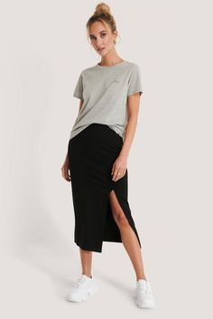 Jersey-Rock Schwarz | na-kd.com Rock Outfits, Jean Outfits, Skirt Outfits, Slit Skirt, Midi Skirt, Wedding Photographer Outfit, Jersey Skirt, Normcore, Skirts