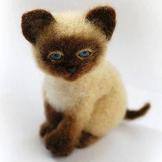 Хочу такого ) Love it! #siamisekitten #siamise #cat #kitten #kittensofinstagram #catsinstagram #felttoy #needlefelted #feltedcat #feltedtoy