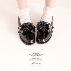 『品位と美貌を兼ね備えた永遠のプリンセス』プリンセスの上品さと気品をあわせ持つ生まれながらの高貴公女が大人となった今夢見た靴…品位と美貌を兼ね備えた永遠のプリンセスが選んだ美しいフェイバリットはエレガント&フェミニンな装いで貴族の世界から現代へ華麗なるアプローチを遂げる Slippers, Loafers, Flats, Classic, Clothes, Shoes, Twitter, Fashion, Travel Shoes