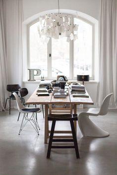 comedor-mesa-madera-rustica-z-zettel-lampara-casa-familiar-estilo-nordico-escandinavo