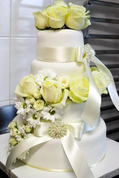 Netrápte pekárov, vyzdobte si tortu kvetinami Aká by to bola svadba bez sladkého potešenia v podobe honosnej torty? Torty sladkej nie len pre jazyk, no výnimočnej aj pre oko. Nemusí však byť nutne zložitá a prezdobená.