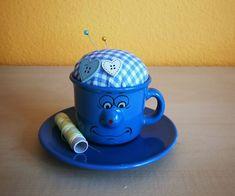 Nadelkissen-Tässchen mit Unterteller Mugs, Tableware, Letter B, Pin Cushions, Presents, Dinnerware, Tablewares, Mug, Place Settings