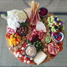 How to arranging the perfect cheese board—it is more simple than you might think. For a stunning charcuterie, fruit, and cheese plate, you just need a few staples. Fruit Appetizers, Fruit Snacks, Appetizers For Party, Appetizer Ideas, Parties Food, Party Snacks, Party Party, Ideas Party, Party Food Platters