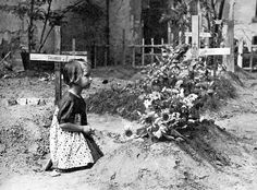 Little girl by a makeshift grave near Mazowiecka Street, Warszawa, Poland, 1944 Warsaw Ghetto Uprising, Poland Ww2, Poland History, Lest We Forget, Women In History, World War Two, Retro, Wwii, Vintage Photos