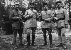 le 2e à gauche est un lieutenant et le 3e un sous-lieutenant
