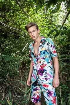 Flower Power Aga Pou - The 'Flower Power' Aga Pou collection shines a light on bright color hues and vibrant botanical prints. The bright menswear line is sho. Fashion D, Fashion Images, Fashion 2020, High Fashion, Men's Business Outfits, Tropical Fashion, Outfits Hombre, Elegant Dresses, Flower Power