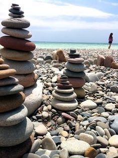 Cairns We saw these all over the beach in Michigan. I had to bring some rocks… Pebble Stone, Pebble Art, Stone Art, Stone Cairns, Chemistry Cat, Rock Sculpture, Stone Sculptures, Garden Sculpture, Beach Stones