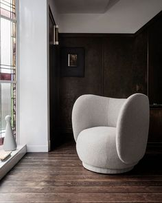Lean back and feel the motherly embrace of the armchair in the new Rico series. With an upholstery of rich bouclé, it offers a special texture and a soft feel.