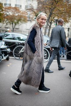 They Are Wearing: Paris Fashion Week Spring 2016 Fur Fashion, Look Fashion, Fashion News, Winter Fashion, Paris Fashion, Fashion Week 2016, Milan Fashion Weeks, Mode Ab 50, Bolero