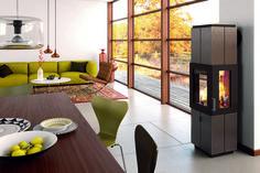 Ein Kaminofen ist modern und macht ein Zuhause gemütlich. Neben dem warmen Feuer nimmt man gerne Platz. // Hase Kaminofen Asmara modern