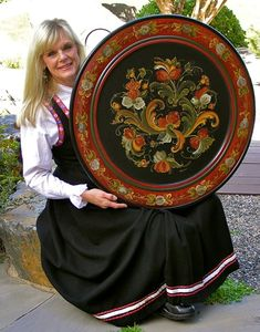 Browse the rosemaling artwork portfolio of professional rosemaler Teresa McCue Scandinavian Paintings, Scandinavian Folk Art, Tole Painting, Painting On Wood, Rosemaling Pattern, Norwegian Style, Norwegian Rosemaling, Traditional Paintings, Art Portfolio