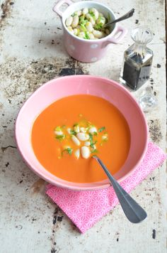 """Paradeiser waren früher unter dem Namen """"Liebesäpfel"""" bekannt. Ein herzhafter Biss in das rote Gemüse genügt und schon schlägt Amor zu! Vielleicht kommt daher die Liebe zu diesem neuen Paradeisersuppenrezept. Anstatt dem klassischen Reis gibt's diesmal weiße Bohnen als Topping. #paradeiser #tomate #suppe #vegan #glutenfrei #laktosefrei #zuckerfrei #prokopp Anstatt, Vegan, Thai Red Curry, Ethnic Recipes, Food, White Beans, Rice, No Sugar, Names"""