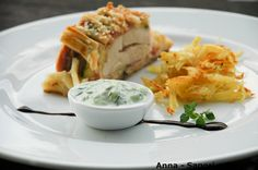 ANNA-SAPORI E SORRISI: Petto di pollo, zucchine grigliate e bacon in pasta sfoglia con salsa tzatziki e julienne di patatine croccanti