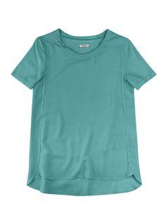 Blusa feminina em viscose leve e macia. Contempla modelagem solta, decote redondo, mangas curtas e barra arredondada com parte de trás levemente maior que a frente. Combine com shorts ou calça da coleção!