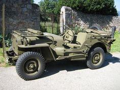 """Très rapidemment, ce petit véhicule de reconnaissance est surnommé """"Jeep"""". L'origine de ce surnom proviendrait de la contraction orale des lettres GP (pour """"General Purpose"""" : Rôle Multiple) qui devient """"Jeep""""."""