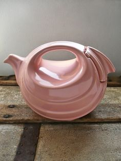 Art Deco Teapot by Hall Pottery Pottery Teapots, Vintage Pottery, Chocolate Pots, Chocolate Coffee, Pink Teapot, Hall Pottery, Teapots Unique, Art Deco, Cuppa Tea