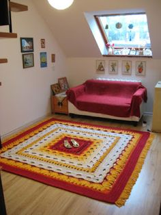 This carpet used up 2.5 km of cotton twine (5 mm thick) and weighs 11 kilo. I used a 9 mm crochet hook and the whole work took me 25 hours.