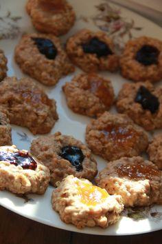 Galletas de avena, espelta y mermelada — desayuno con guisantes