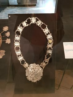 Gildenkette Wache und Gildenmuseum Port de Hal Diamond, Jewelry, Jewlery, Jewels, Jewerly, Jewelery, Diamonds, Accessories