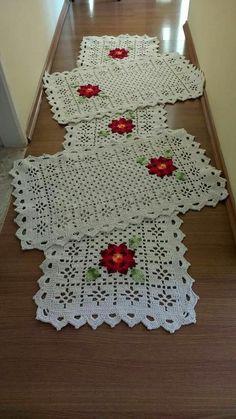 Lindos e criativos jogos de Tapete feitos em Crochê Filet Crochet, Crochet Motif, Crochet Shawl, Crochet Doilies, Crochet Flowers, Crochet Placemats, Crochet Table Runner, Crochet Potholders, Crochet Square Patterns