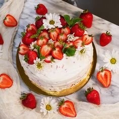 Stunning Cake Decorated With Strawberries with regard to Fresh Strawberry Cake Photo Fresh Strawberry Cake, Strawberry Dessert Recipes, Chocolate Strawberry Cake, Strawberries And Cream, Grow Strawberries, Köstliche Desserts, Delicious Desserts, Strawberry Cake Decorations, Ganache